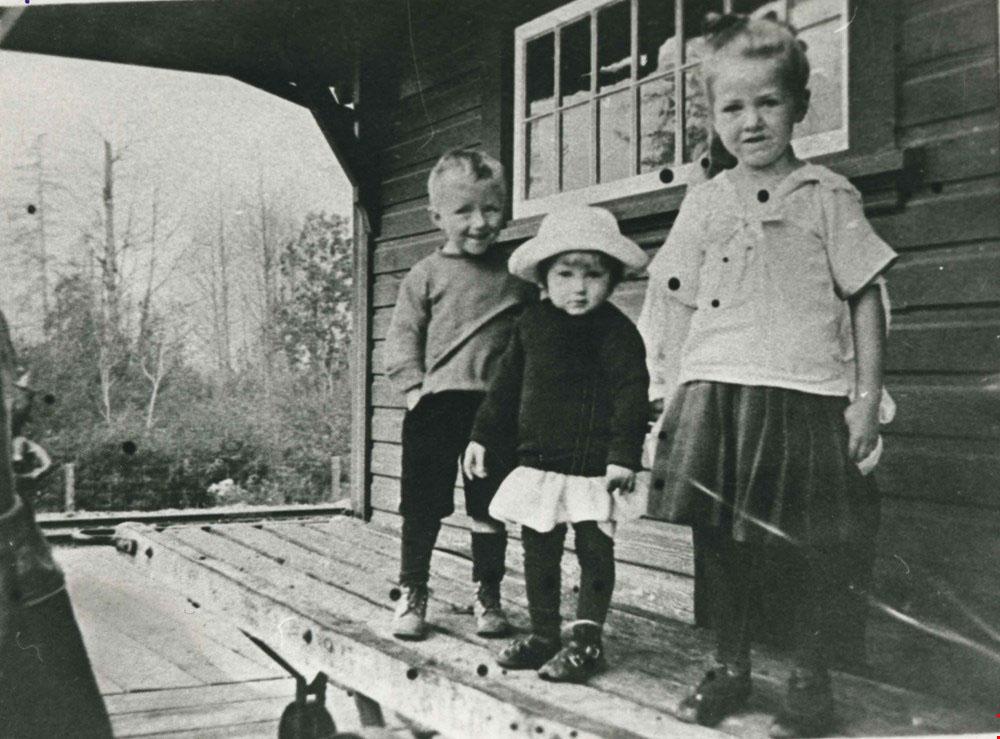 Waplington children at Sapperton Interurban station
